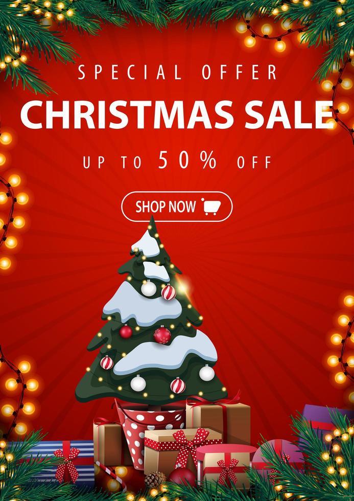 offre spéciale, vente de Noël, jusqu'à 50 rabais, bannière de réduction verticale rouge avec arbre de Noël dans un pot avec des cadeaux, cadre de branches d'arbre de Noël, guirlandes et cadeaux vecteur