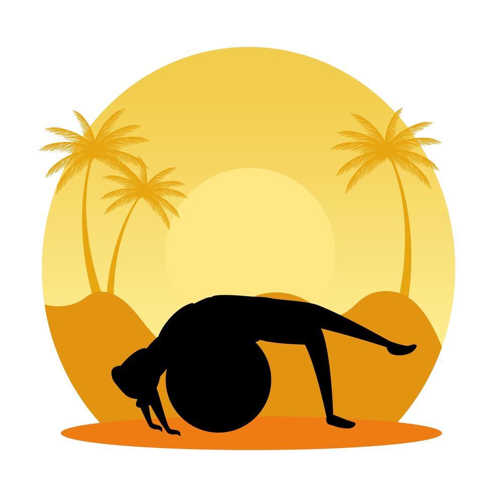 silhouette de femme pratiquant le pilates avec ballon sur scène de coucher de soleil vecteur