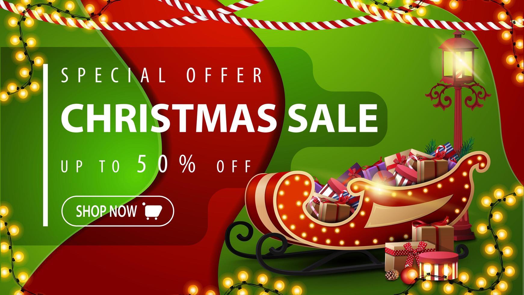offre spéciale, vente de Noël, jusqu'à 50 rabais, bannière de réduction rouge et verte dans un style de conception matérielle avec des guirlandes, une lanterne de poteau et un traîneau du père Noël avec des cadeaux vecteur
