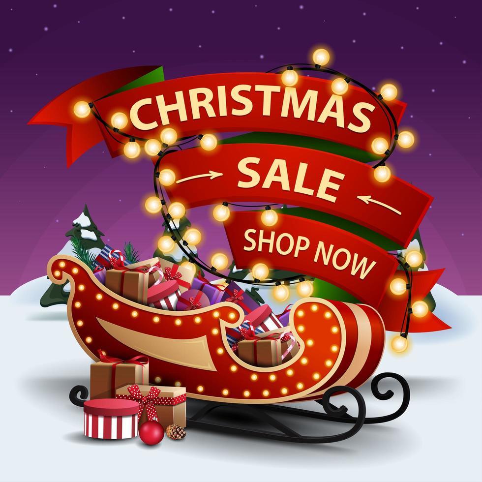 vente de noël, boutique maintenant, bannière de réduction avec ruban rouge enveloppé dans une guirlande et traîneau du père noël avec des cadeaux vecteur