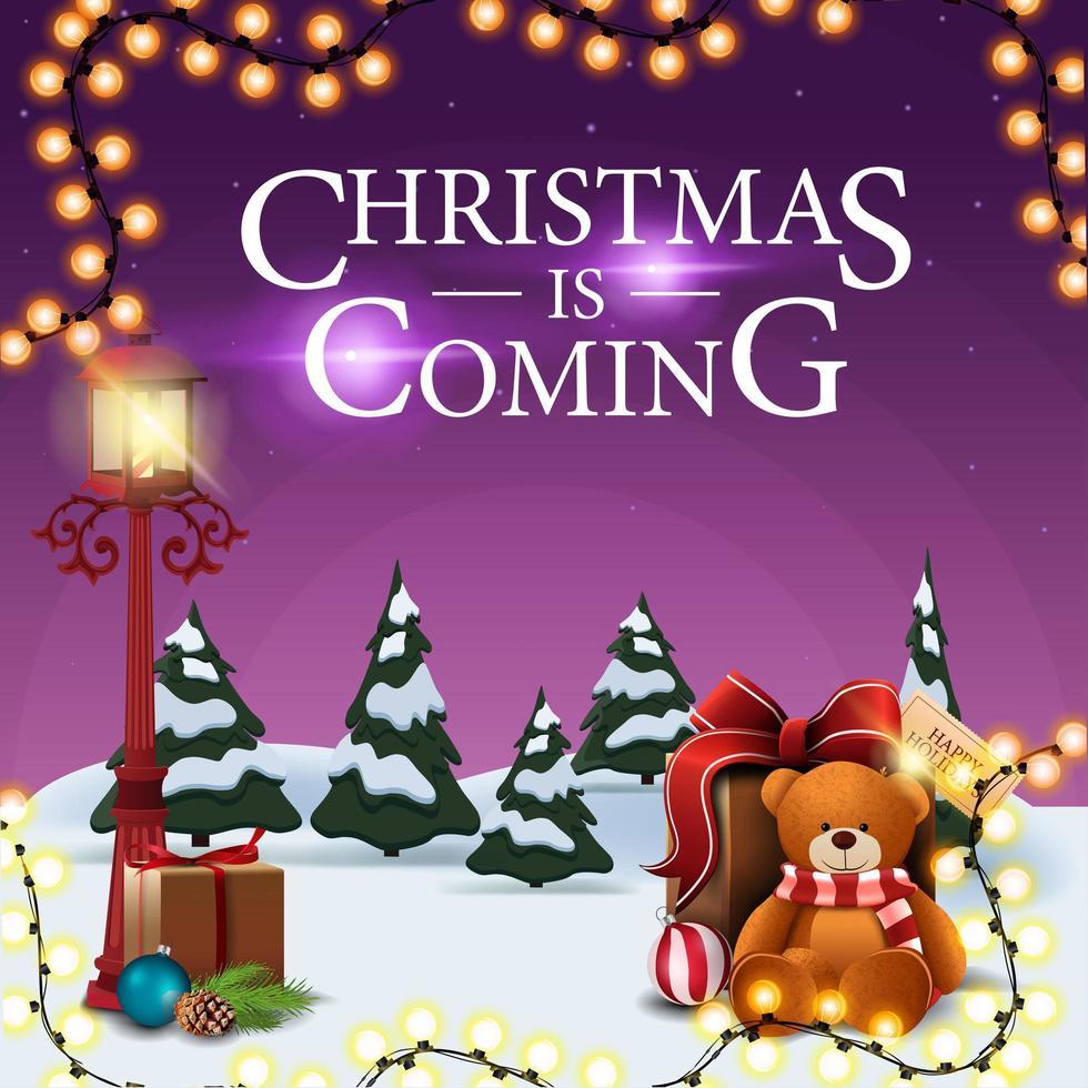 Noël arrive, carte postale carrée pourpre avec paysage d'hiver de dessin animé, guirlande, lanterne vintage de poteau et cadeau avec ours en peluche vecteur