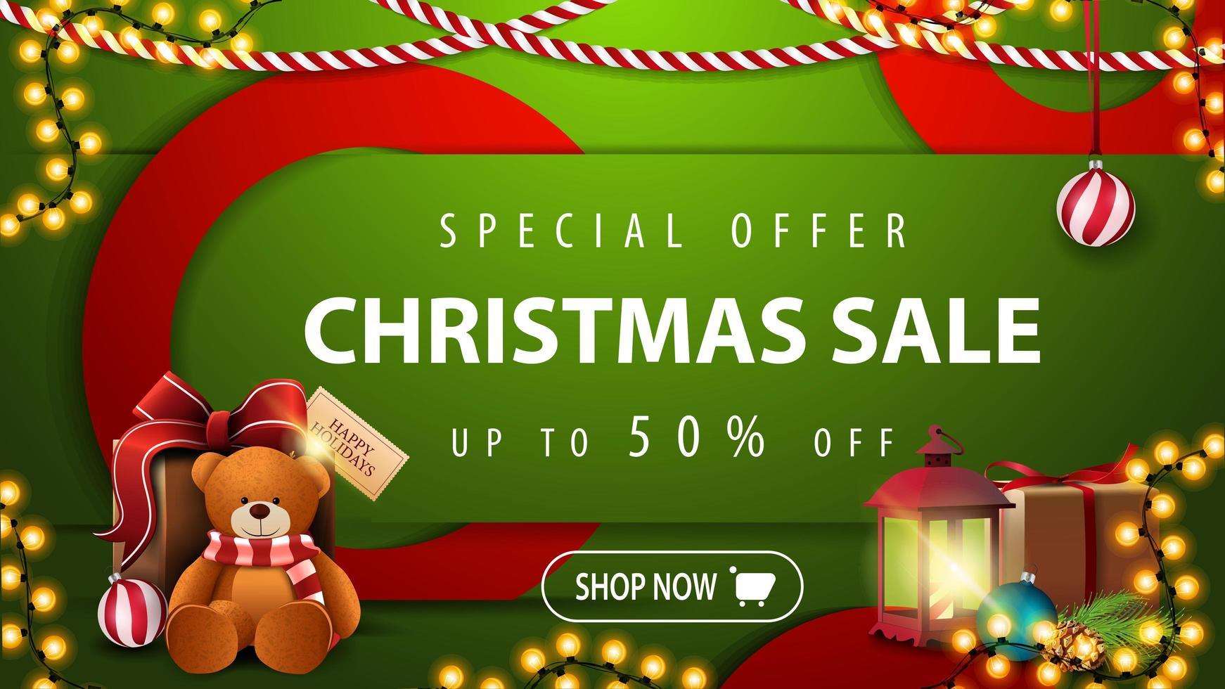 offre spéciale, vente de Noël, jusqu'à 50 de réduction, bannière web moderne horizontale lumineuse verte avec bouton, grands cercles rouges, lampe ancienne et cadeau avec ours en peluche vecteur