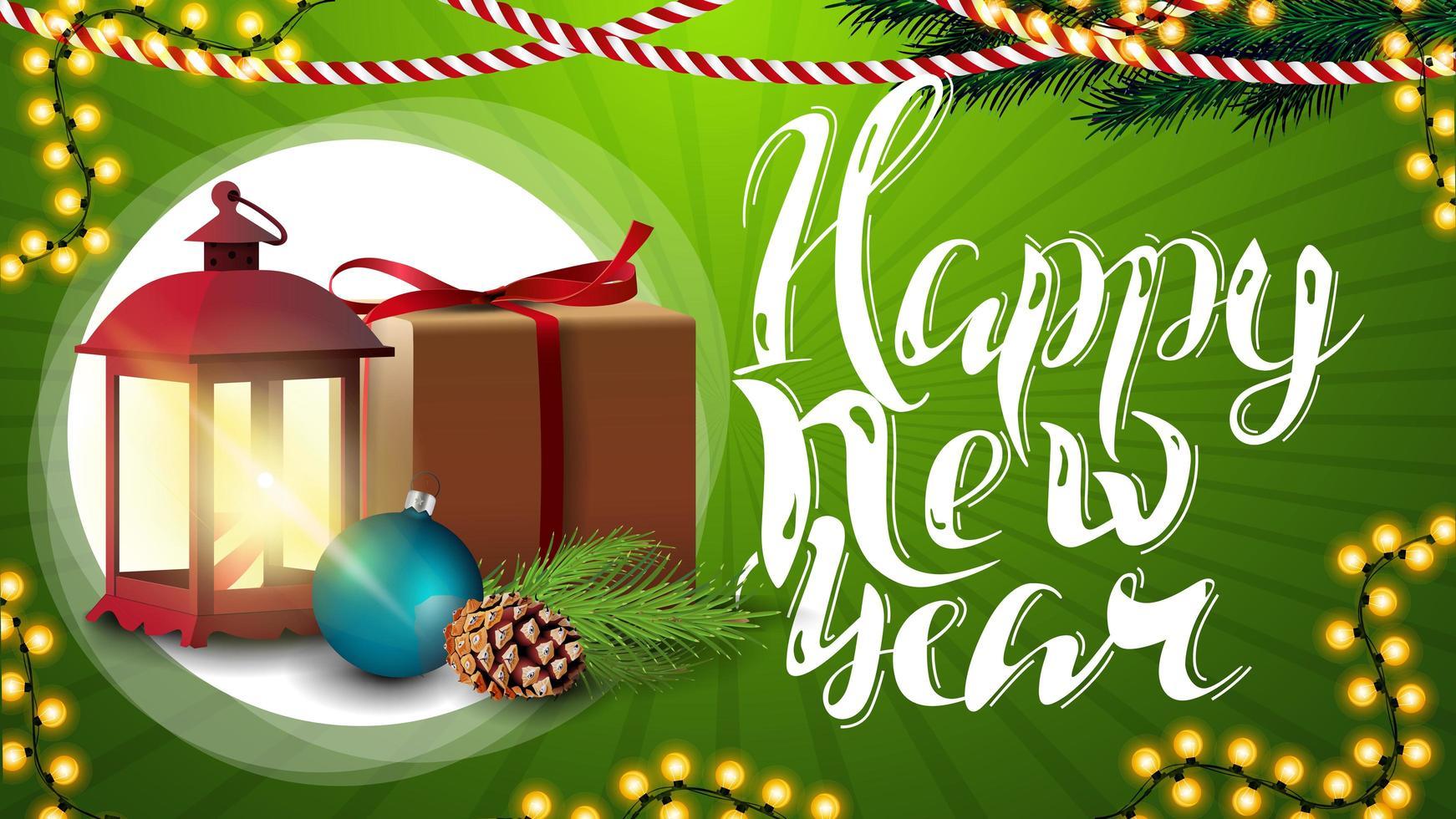 bonne année, carte de voeux horizontale verte avec beau lettrage, guirlande, cadeau, lanterne vintage, branche d'arbre de Noël avec un cône et une boule de Noël vecteur