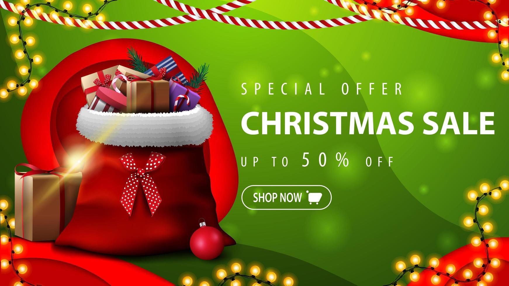 offre spéciale, vente de Noël, jusqu'à 50 de réduction, bannière de réduction horizontale verte en papier découpé style avec sac de père Noël avec des cadeaux vecteur