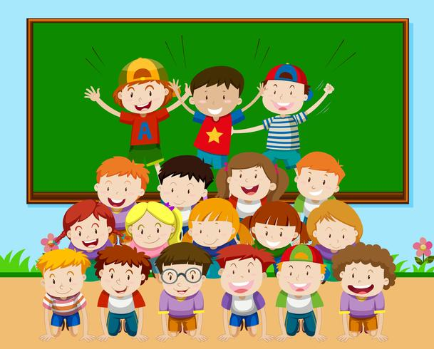 Enfants jouant à la pyramide en classe vecteur