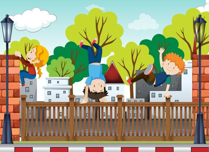 Trois enfants dansent et se retournent sur le trottoir vecteur