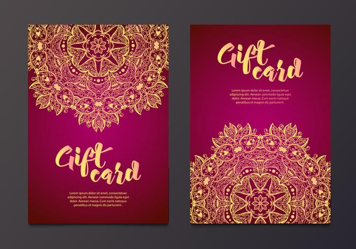 Certificats-cadeaux en or riches dans le style indien. vecteur