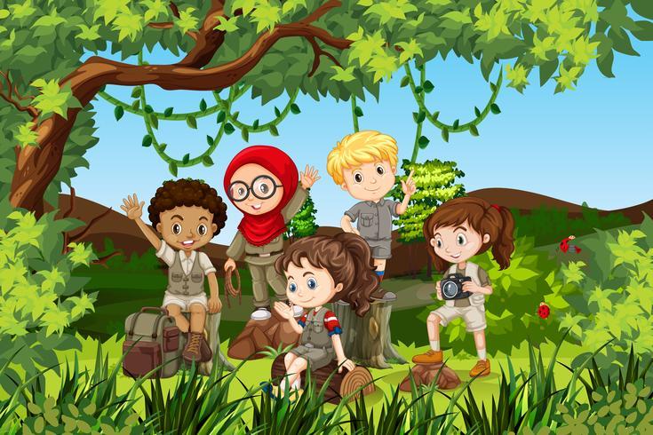 Groupe d'enfants internationaux de camping vecteur