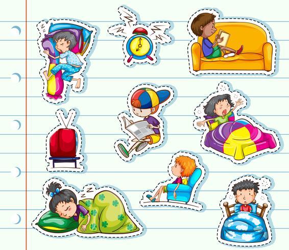 Conception d'autocollant avec des enfants se détendant dans un lit et un canapé vecteur