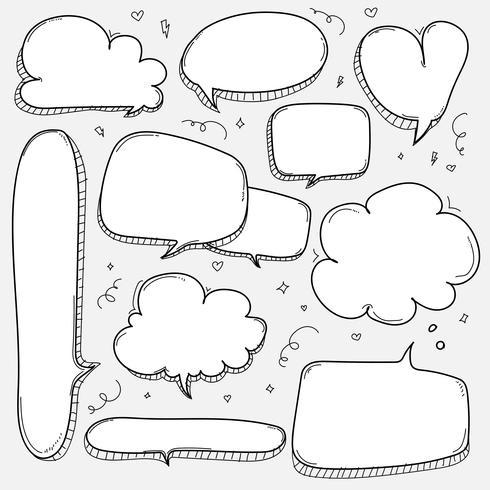 Ensemble de bulles dessinés à la main. Ballon dessiné de style doodle, nuage, éléments de conception en forme de coeur. vecteur