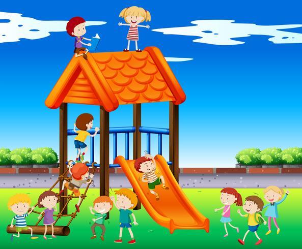 Enfants jouant au toboggan dans le parc vecteur