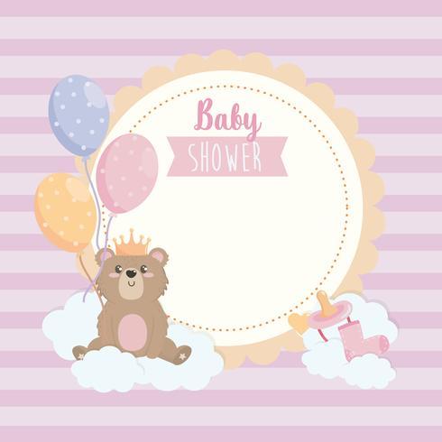 Étiquette de douche de bébé avec ours en peluche sur nuage vecteur