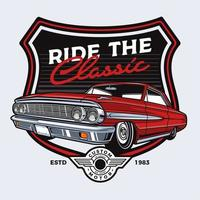 conception de voiture classique rouge dans l'emblème du bouclier