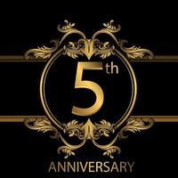 Emblème de luxe doré 5e anniversaire sur fond noir vecteur