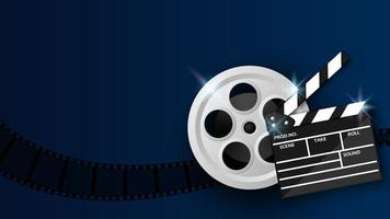 Clap et bobine de film sur bleu