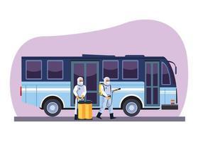les travailleurs de la biosécurité désinfectent le bus