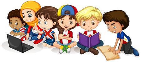 enfants heureux lisant et travaillant sur ordinateur