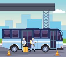 les agents de biosécurité désinfectent le bus pour covid 19 vecteur