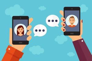 mains tenant un smartphone discutant les uns avec les autres vecteur