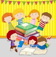 groupe d & # 39; enfants lisant des livres ensemble