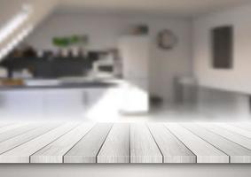 table en bois donnant sur une cuisine défocalisée
