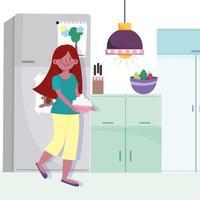 fille tenant un bol avec de la nourriture dans la cuisine