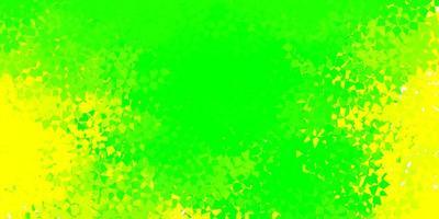 fond vert clair et jaune avec des formes polygonales.