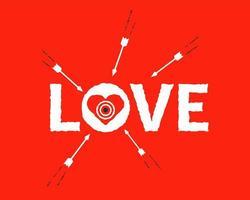 les flèches tirent sur la cible en forme de coeur dans le mot amour