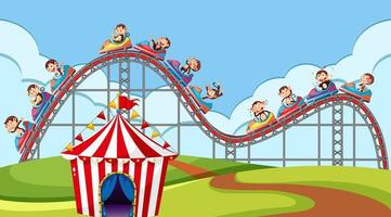 scène avec des singes à cheval sur des montagnes russes dans le parc