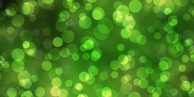 mise en page verte avec des formes de cercle.