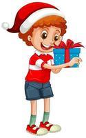 Garçon mignon portant un chapeau de Noël et tenant une boîte-cadeau sur fond blanc