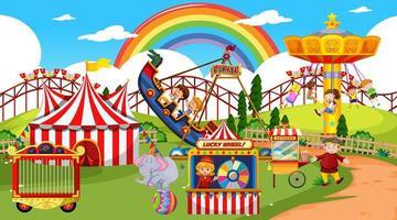 scène de parc d & # 39; attractions pendant la journée avec arc en ciel dans le ciel