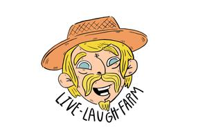 Mignon fermier blanc aux cheveux jaunes, yeux bleus et chapeau souriant, avec la ferme de citation