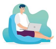 homme sur un sac de haricots travaillant avec son ordinateur portable