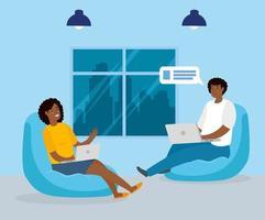 couple travaillant avec leurs ordinateurs portables à l'intérieur