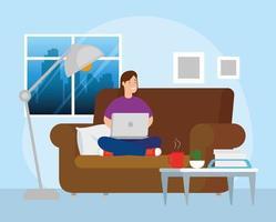 femme travaillant avec l & # 39; ordinateur portable sur le canapé
