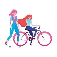transport écologique, jeunes femmes heureuses à vélo et planche à roulettes