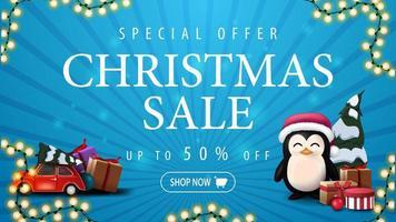 offre spéciale, vente de noël, jusqu'à 50 rabais, bannière de réduction bleue avec guirlande, voiture vintage rouge portant arbre de Noël et pingouin en chapeau de père Noël avec des cadeaux