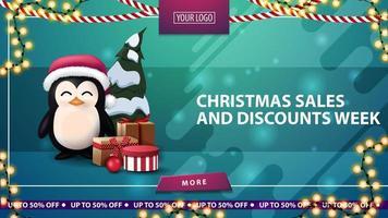 Vente de Noël et semaine de réduction, bannière de réduction horizontale verte avec bouton, guirlande de cadre et pingouin en chapeau de père Noël avec des cadeaux
