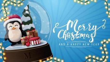 Joyeux Noël et bonne année, carte postale bleue avec grande boule à neige avec pingouin en chapeau de père Noël avec des cadeaux à l'intérieur