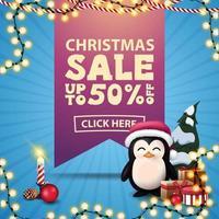 vente de Noël, jusqu'à 50 de réduction, bannière de réduction carrée bleue avec grand ruban rose avec offre, guirlandes, bougie et pingouin en chapeau de père Noël avec des cadeaux