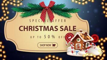 offre spéciale, vente de Noël, jusqu'à 50 de réduction, bannière de réduction bleue avec cadre vintage, branches d'arbre de Noël avec arc rouge, guirlande et maison en pain d'épice de Noël