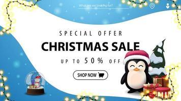 offre spéciale, vente de Noël, jusqu'à 50 de réduction, bannière de réduction bleue et blanche avec des lignes douces, boule à neige avec bonhommes de neige à l'intérieur et pingouin en chapeau de père Noël avec des cadeaux