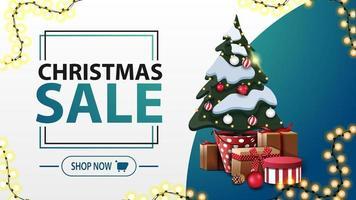 vente de noël, bannière de réduction blanche et bleue dans un style minimaliste avec guirlande et arbre de Noël dans un pot avec des cadeaux