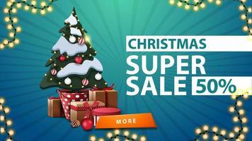 Super vente de Noël, jusqu'à 50 de réduction, bannière de réduction bleue avec arbre de Noël dans un pot avec des cadeaux et bouton orange