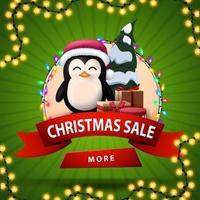Vente de Noël, bannière de remise ronde avec ruban rouge, bouton, guirlande et pingouin en chapeau de père Noël avec des cadeaux