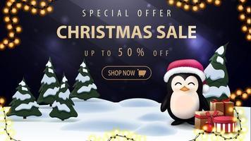offre spéciale, vente de Noël, jusqu'à 50 rabais, belle bannière de réduction sombre et bleue avec lettrage or, forêt d'hiver de dessin animé et pingouin en chapeau de père Noël avec des cadeaux