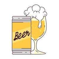 Tasse de verre et canette de bière sur fond blanc