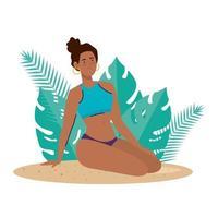 Femme afro avec maillot de bain assis sur la plage avec décoration de feuilles tropicales, saison des vacances d'été vecteur