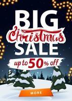 Grande vente de Noël, jusqu'à 50 de réduction, bannière de réduction verticale avec paysage d'hiver sur fond vecteur
